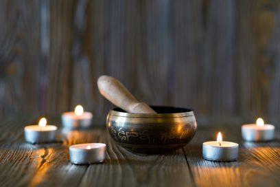 Łagodna praktyka jogi z koncertem mis i gongów w tle